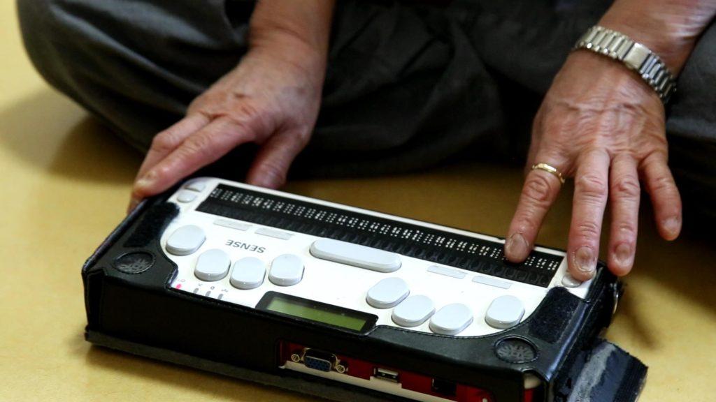 여환숙 베테랑이 시각장애인 전용 타자기(점자 디스플레이)을 사용하고 있다.